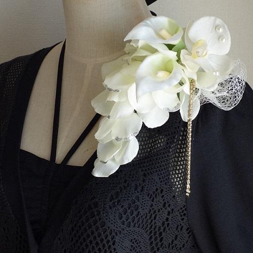 結婚式コサージュ・カラーと胡蝶蘭と花びらでメリアブーケ型