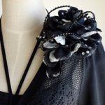 結婚式コサージュ・黒の花びらメリアブーケ型で魅力的