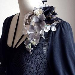 結婚式コサージュ・ラメ入り白と黒の花びら重ねてエレガント