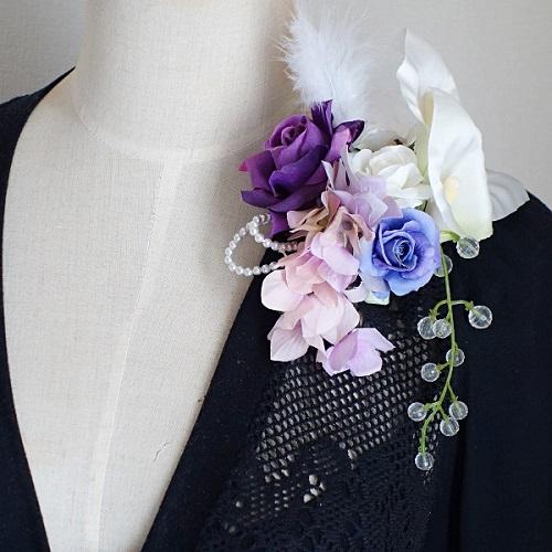 結婚式コサージュ・カラーとローズとフェザーでエレガントスタイル